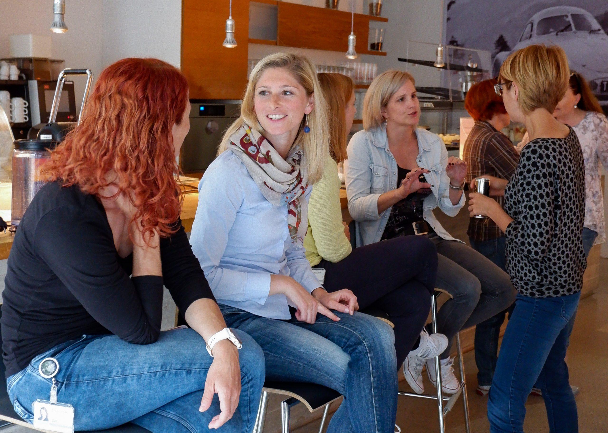 Unsere Kolleginnen tauschen sich beim IT-Frauen-Netzwertreffen aus